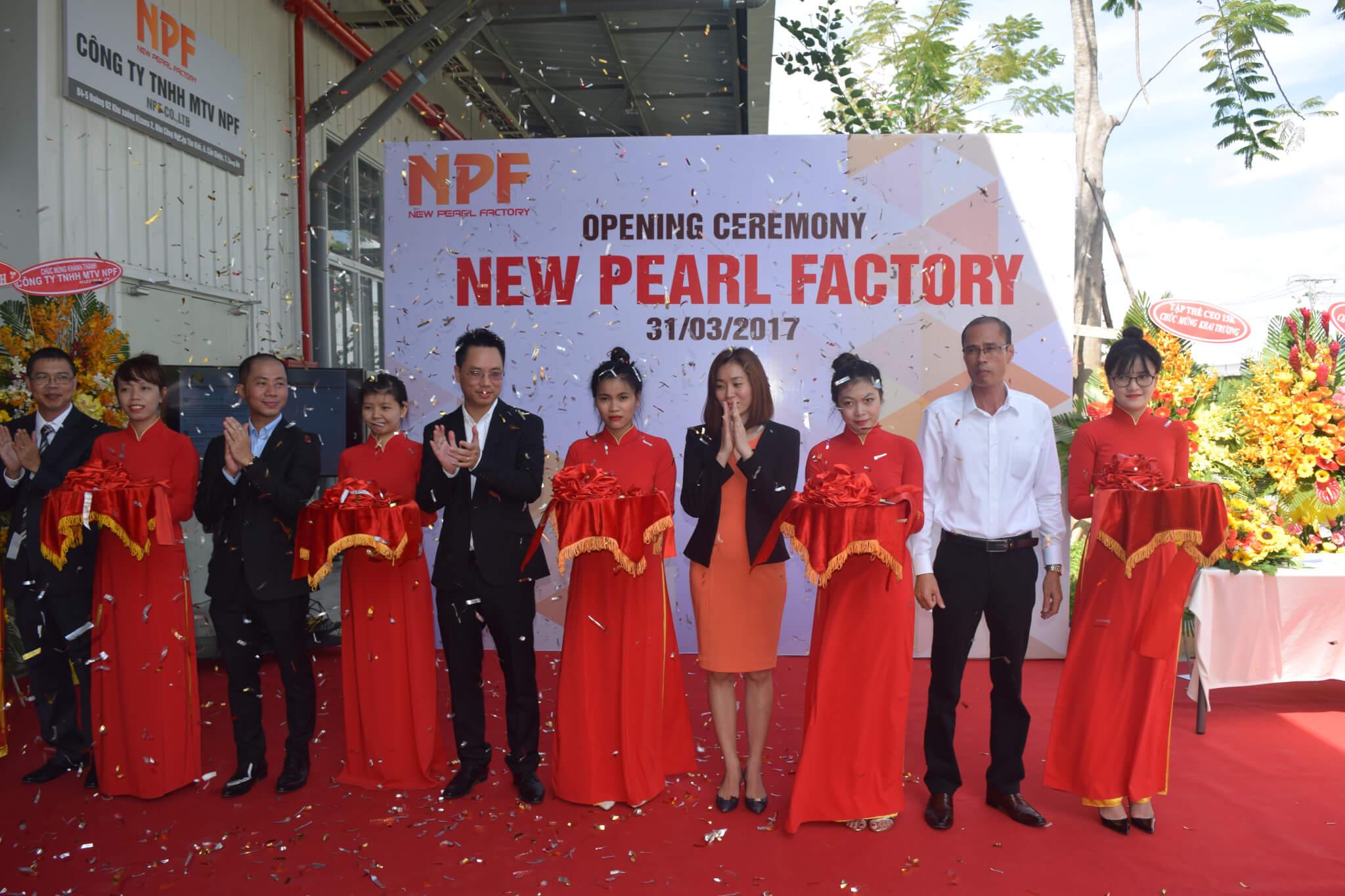 Ban lãnh đạo công ty New Pearl cắt băng khánh thành nhà máy NPF